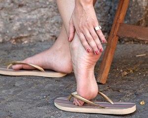 ده دلیل که پوشیدن دمپایی لا انگشتی برای شما مضر است